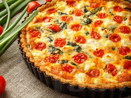 Вегетариански киш с бутер тесто, веган сметана, тиквичка, чушка и чери домати - снимка на рецептата